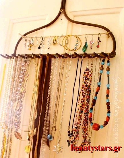 DIY-jewelry-organizer-using-a-rake