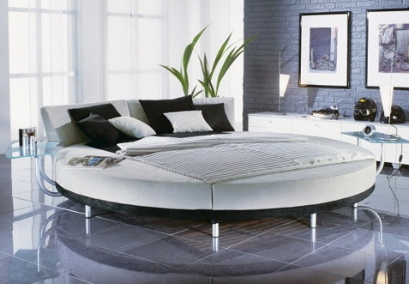 Luxury-Charming-Black-White-Round-Bed